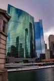 在下班时间,斯诺伊春天早晨在五颜六色的芝加哥 免版税库存图片
