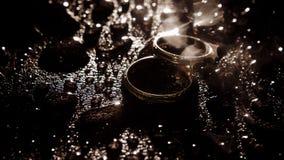 在下落之间的银婚圆环 图库摄影