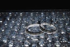 在下落之间的银婚圆环 库存照片