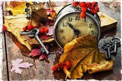 在下落的叶子背景的时钟  免版税图库摄影