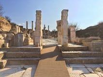 在下落的寺庙门的阿波罗罗马柱子与装饰的雕象 免版税库存图片