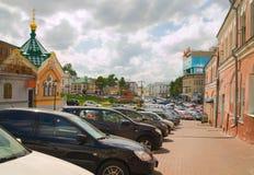 在下诺夫哥罗德克里姆林宫墙壁的停车处汽车  免版税库存图片