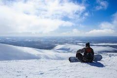 在下降前的挡雪板在极性俄国滑雪胜地的山 库存图片