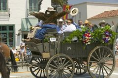 在下降状态营业日游行街道,圣塔巴巴拉,加州,老西班牙天节日, 2005年8月3-7期间的驿马车, 库存图片