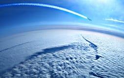 在下降运输路线的云彩之上 免版税库存照片