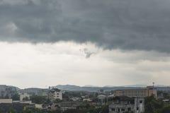 在下雨前的黑暗的多云天空 免版税库存照片