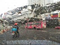 在下雨天的街道视图 库存照片