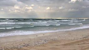 在下雨天的阿雷纳尔海滩 股票视频