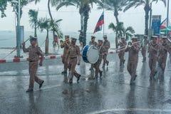 在下雨的海军游行前进的钻子在国际舰队期间 库存照片