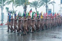 在下雨的海军游行前进的钻子在国际舰队期间 库存图片