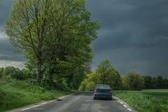 在下雨的黑暗的天空在春天前 免版税库存图片