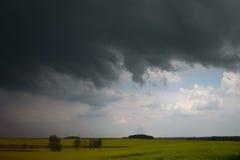 在下雨的黑暗的天空在春天前 免版税图库摄影