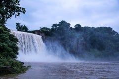 在下雨以后的瀑布 免版税库存照片