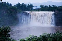 在下雨以后的瀑布 免版税图库摄影