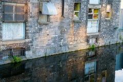 在下面运河反映的老大厦特写镜头 免版税库存照片