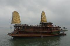 在下龙市海湾的小船 免版税库存图片