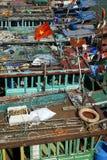 在下龙市海湾的小船 免版税库存照片