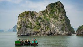 在下龙市海湾的渔船在越南 免版税库存照片