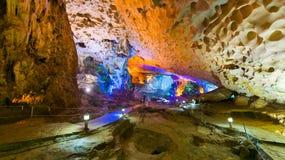 在下龙市海湾的Thien Cung洞在越南 库存图片