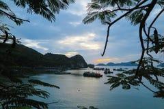 在下龙湾的日落以后,越南 库存图片