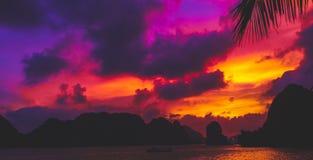 在下龙湾的越南日落 库存图片
