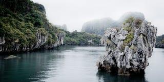 在下龙湾越南的岩石 免版税库存照片