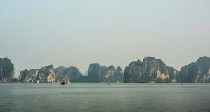 在下龙湾,北越的山风景 免版税库存图片