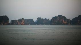 在下龙湾,北越的山风景 库存图片