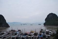 在下龙湾,河内,越南的小船 库存照片
