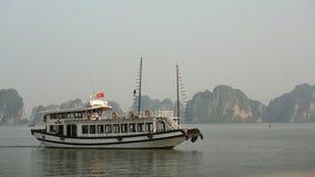 在下龙湾,越南的山风景 免版税库存图片
