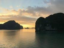 在下龙湾,越南,东南Asi的不可思议和金黄日出 免版税库存照片