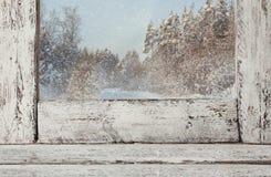 在不可思议的冬天风景前面的老窗口基石 免版税库存照片