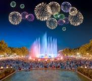 在不可思议的喷泉下的美丽的烟花在巴塞罗那 免版税库存照片