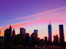 在不可思议的时间的紫色天空,街市的曼哈顿, 图库摄影