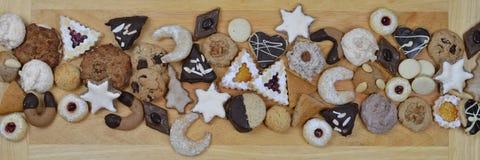 在不同的种类的丝带圣诞节曲奇饼外面 库存照片