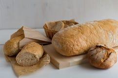 在不同的类型上添面包 适当的营养 图库摄影