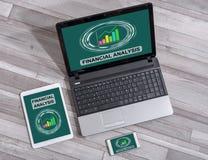 在不同的设备的财务分析概念 图库摄影