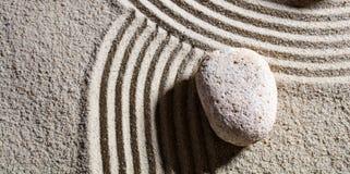 在不同的路的交叉点的石头灵活性的充满平静 图库摄影