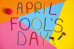 在不同的颜色plastecine写的滑稽的字体一日愚人节  图库摄影