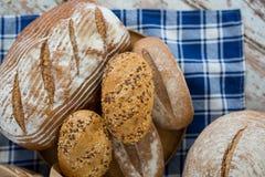 在不同的类型上添面包 免版税库存照片