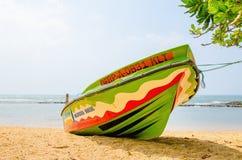在不尽的海的背景的五颜六色的小船 免版税图库摄影