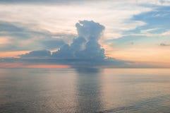 在不尽的海洋的美好的沿海风景桃红色日出 免版税库存图片