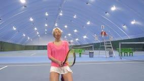 在不成功的网球比赛以后的生气妇女 股票视频