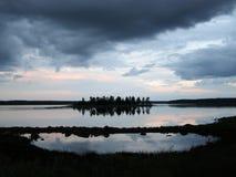 在不眠夜期间,一个大湖的岸的一个小湖有一个海岛的在中心 库存照片