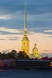 在不眠夜期间,在彼得和保罗大教堂钟楼的看法  彼得斯堡圣徒 图库摄影