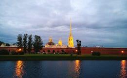 在不眠夜期间,明亮的黄色彼得和保罗大教堂在圣彼得堡 从散步的看法 库存图片