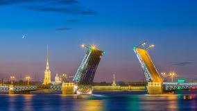 在不眠夜期间,离婚宫殿桥梁在圣彼得堡 免版税库存照片