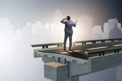 在不确定性概念的商人与残破的桥梁 库存图片