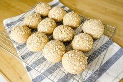 在不锈的格栅的新近地被烘烤的自创全麦五谷小圆面包 库存照片
