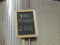 在不锈的桶的红葡萄酒在托斯坎酿酒厂 免版税库存图片